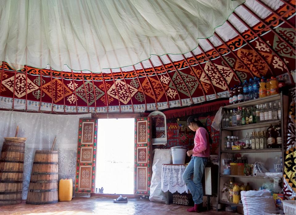 Przy wejściu stoją beczki z kumysem. Wedle tradycji wchodzący powinien choć raz w nich zamieszać, by pomóc fermentacji