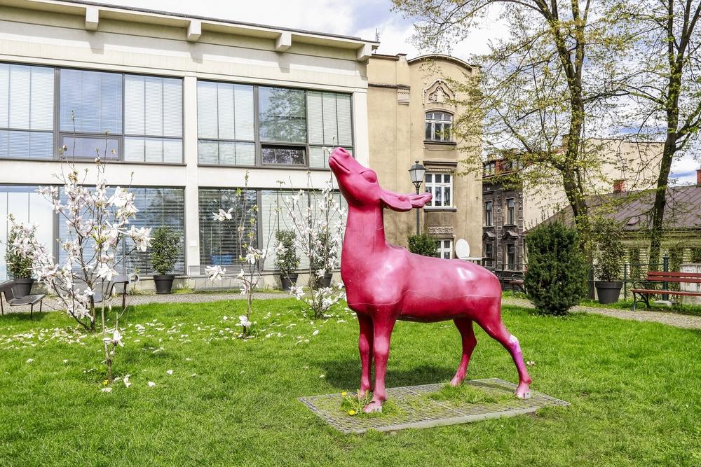 Rzeźba jelenia przed  Śląskim Zamkiem Sztuki i Przedsiębiorczości