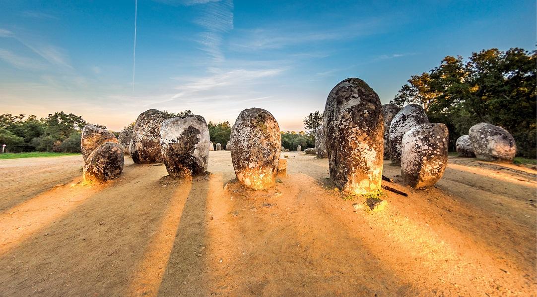 Promienie zachodzącego słońca padają na menhiry w Almendres od co najmniej 6000 lat