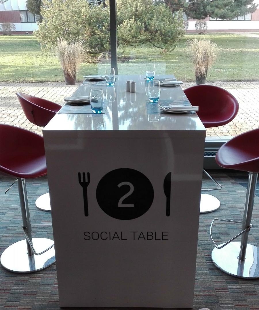 social table w Novotelu,